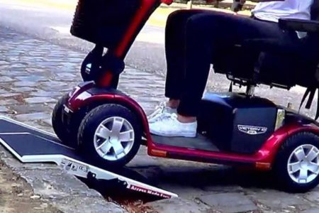 Take your travel ramp with your scooter to cross pavements without difficulty